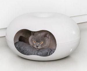 Kattkoja i form av en vit stilren kattigloo.